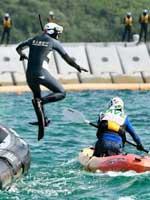 辺野古埋め立て反対派のカヌーを阻止する海上保安官